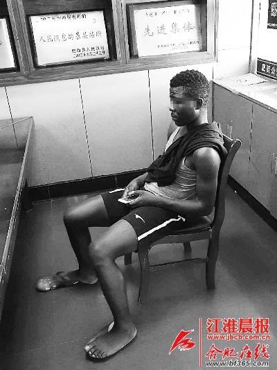 非洲留学生街头中暑 民警及时出手救助