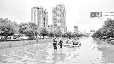 咸宁遭遇大到暴雨袭击 消防官兵渡河救出40名被困人员