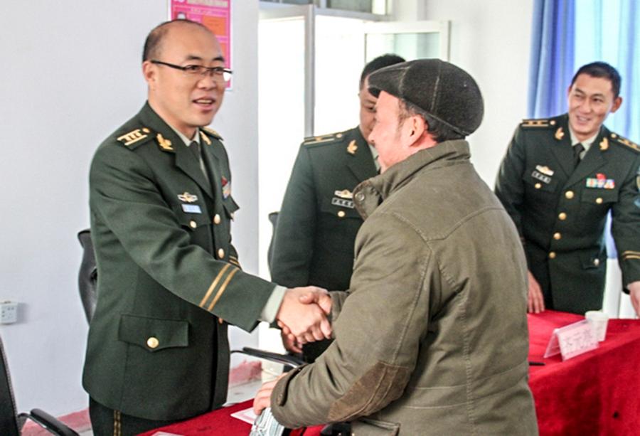 """新疆:警民架起""""连心桥"""""""